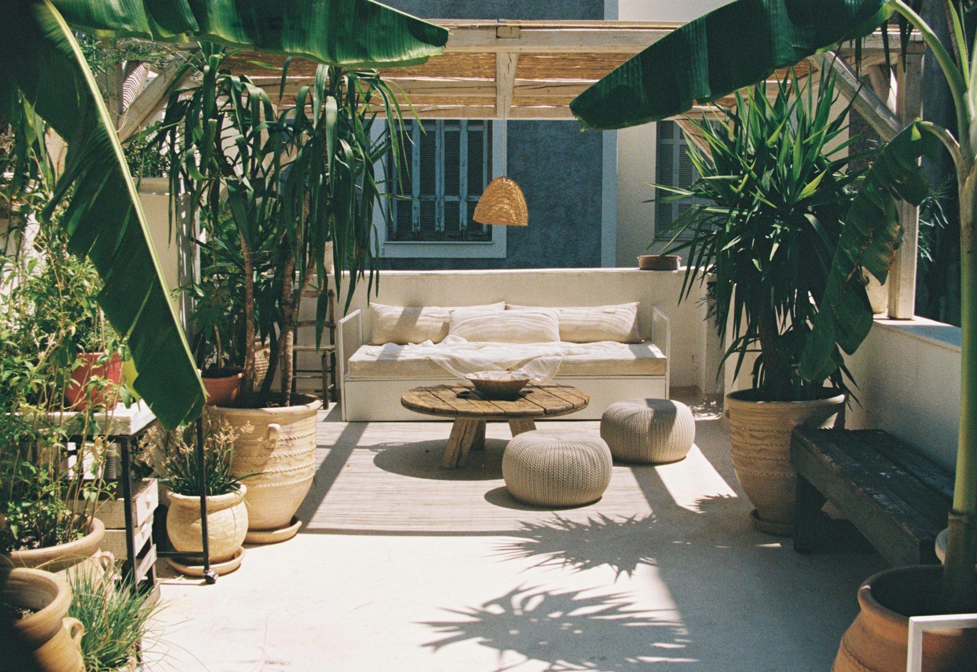 Shila: Το πιο ατμοσφαιρικό spot στην καρδιά της Αθήνας Το ολοκαίνουργιο roof garden του boutique hotel, Shila, στο Κολωνάκι είναι η ιδανική επιλογή για όσους θέλουν να «αποδράσουν» όντας την ίδια στιγμή στο πιο κεντρικό σημείο της πρωτεύουσας.