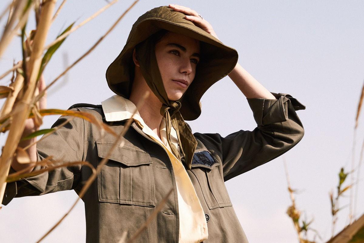 Made by ZoeK: Το brand που συνδυάζει τη ζωγραφική με το πιο δημοφιλές είδος της γυναικείας ντουλάπας, το εμβληματικό στρατιωτικό jacket, και όχι μόνο
