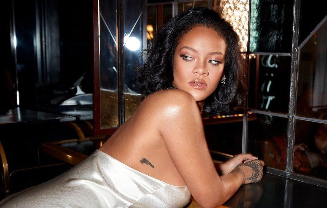 Αυτό είναι το νέο hair look της Rihanna (κι είναι τέλειο!) Η RIhanna  έχει χαρακτηρισθεί ως ένα από τα μεγαλύτερα fashion icon και όχι αδίκως. Η ίδια τολμά να κάνει εκκεντρικές εμφανίσεις και πειραματίζεται συχνά με την εικόνα της.