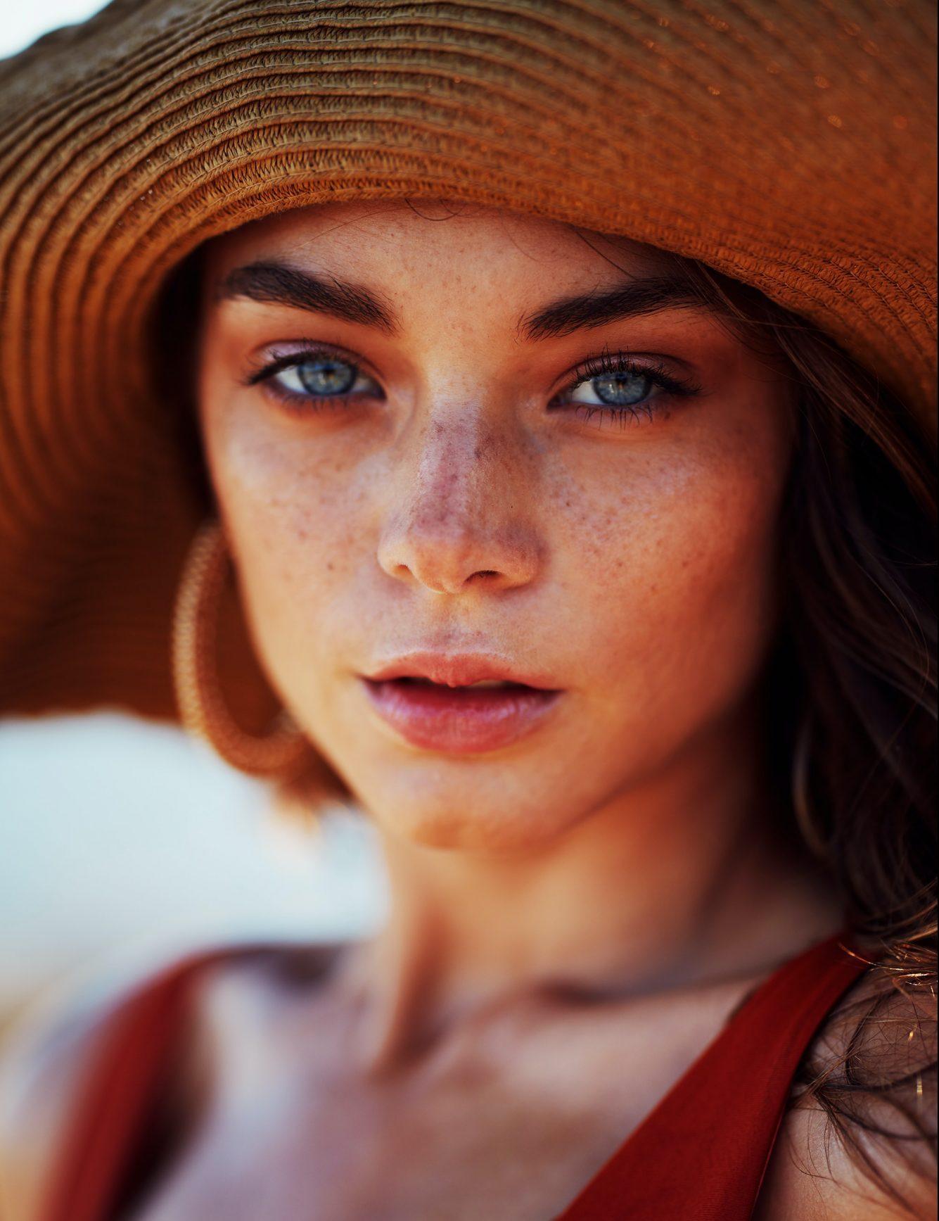 5+1 προϊόντα μακιγιάζ που θα βρεις σίγουρα στο νεσεσέρ κάθε ELLE girl H Radiant Professional Make Up τιμά την άνοιξη με ολόφρεσκες τάσεις, αποτελεσματικά προϊόντα, έντονα χρώματα, εντυπωσιακά beauty looks που στόχο έχουν να ανεβάσουν την διάθεση αλλά και την αυτοπεποίθησή μας στα ύψη και να «σπείρουν» μέσα όλα τα υπέροχα στοιχεία της πιο λουλουδένιας εποχής του χρόνου.