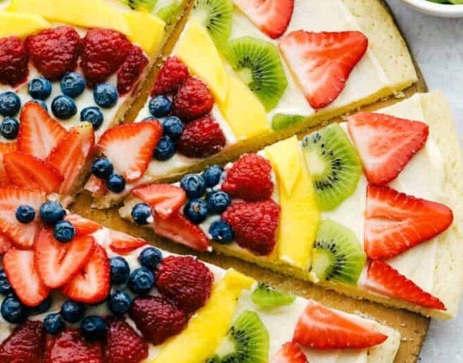 Fruit Pizza: Ένα δημιουργικό επιδόρπιο που όλες μπορούμε να φτιάξουμε Τα φρούτα είναι απαραίτητα για μια υγιεινή διατροφή. Το πως θα επιλέξουμε να τα καταναλώσουμε είναι στη δική μας ευχέρεια. Βρήκαμε μια pizza με κρέμα τυριού και φρούτα, που σίγουρα θα θέλεις να φτιάξεις.