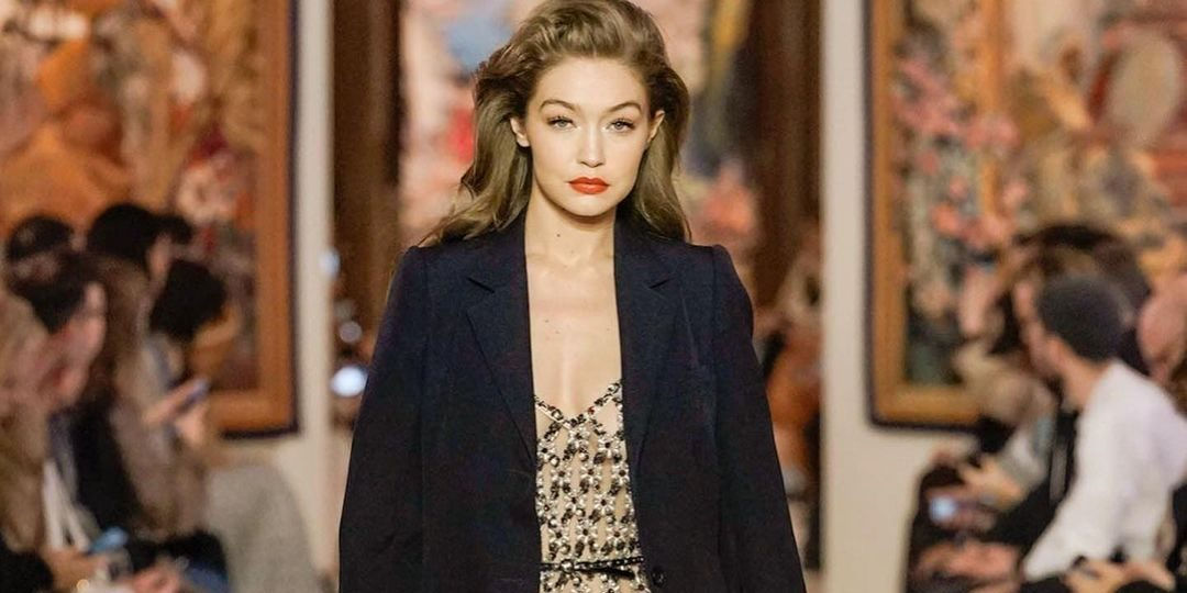 Gigi Hadid: Αυτό είναι το skincare προϊόν στο οποίο ορκίζεται (κοστίζει λιγότερο από €10) Η Gigi Hadid αποτελεί πρότυπο ομορφιάς για όλες εμάς και η skincare ρουτίνα της αποτελεί το μυστικό που θέλουμε να ανακαλύψουμε.