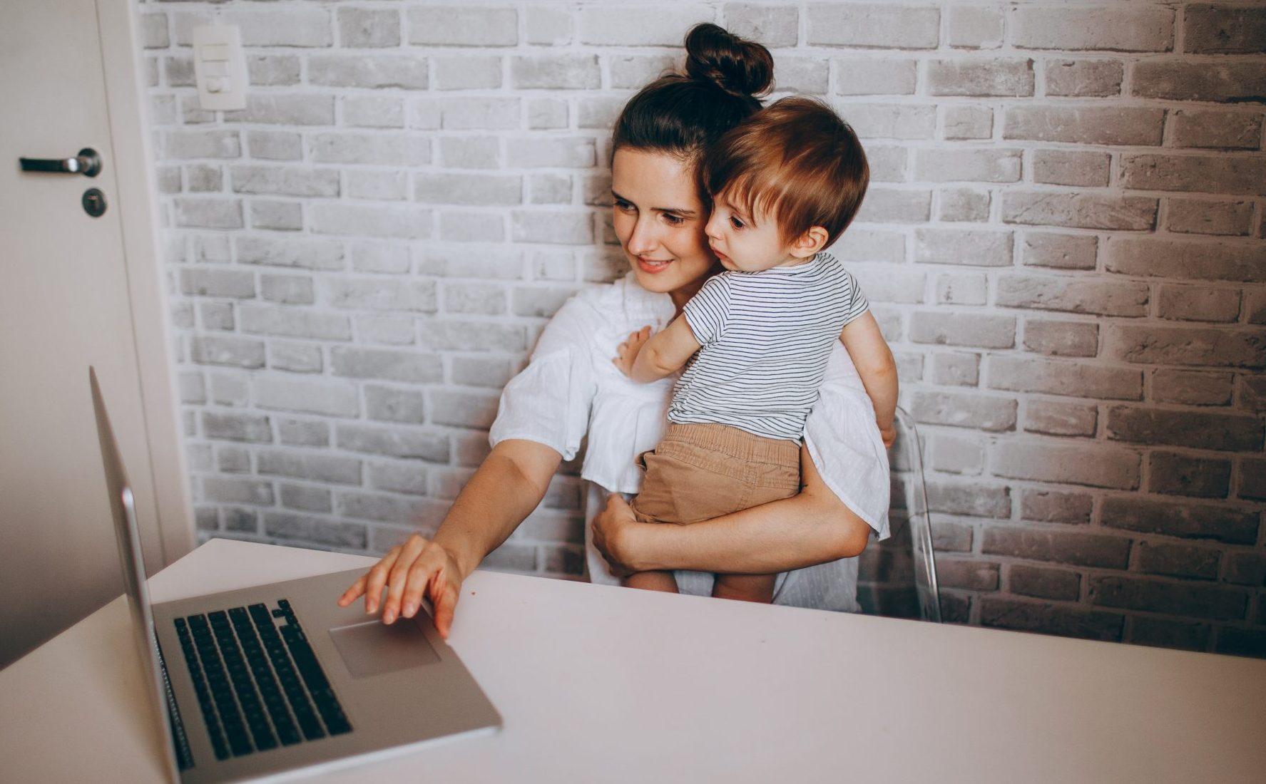 Τα 2/3 των γονέων που δουλεύουν από το σπίτι, δεν θέλουν να επιστρέψουν στο γραφείο Η πανδημία είναι εξαιρετικά στρεσογόνα για όλους μας. Όμως, ως γονείς που εργαζόμαστε από το σπίτι, μπορούμε να βρούμε αρκετά θετικά, ειδικά τις ώρες που τα μικρά μας έκαναν τηλεκπαίδευση. Μπορεί να πεταγόμασταν από δωμάτιο σε δωμάτιο συχνά, αφήνοντας για λίγο τη δουλειά μας, όμως σίγουρα νιώθαμε πιο άνετες.