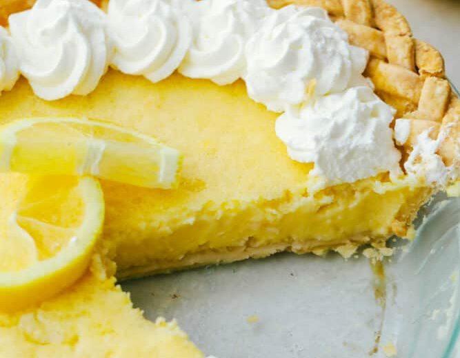 Αυτή είναι η πιο λαχταριστή lemon pie που δοκιμάσαμε τελευταία Αν λατρεύεις τις γλυκόξινες γεύσεις, τότε αυτή την συνταγή για lemon pie πρέπει να την δοκιμάσεις.