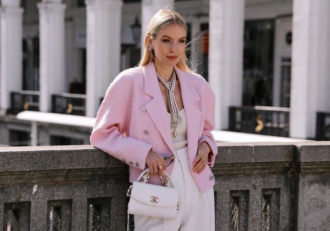 15 ροζ items που μας κάνουν να χαμογελάμε (& street style ιδέες για να τα φορέσεις σωστά) Ο χυμός της φράουλας ρέει παντού και χρωματίζει τα παπούτσια, τα ανοιξιάτικα πλεκτά, τα τζάκετ, τα φορέματα αλλά και τις τσάντες μας. Αυτή την άνοιξη, πρόσθεσέ το στην προσωπική σου συλλογή αλλά και στο καθημερινό σου στυλ και θα μας θυμηθείς.