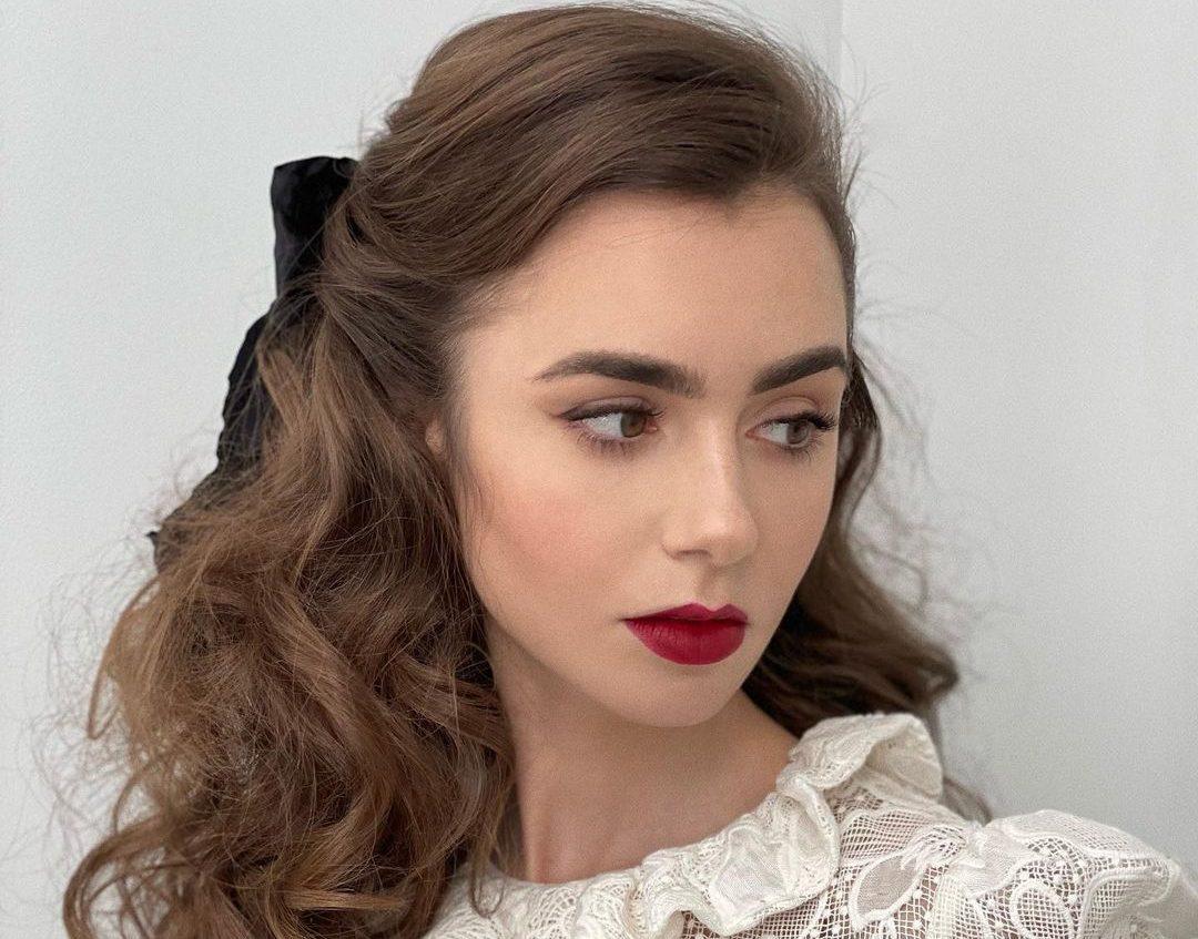 Lily Collins: Η πρωταγωνίστρια του Emily In Paris μας δείχνει step by step ένα all day μακιγιάζ που θα λάτρευε κάθε Παριζιάνα Λαμπερά ζυγωματικά, juicy χείλη, σχεδόν φυσικό αποτέλεσμα είναι τα βασικά χαρακτηριστικά του συγκεκριμένου beauty look, το οποίο η Lily Collins υιοθετεί πολύ συχνά και μας προτρέπει να κάνουμε το ίδιο.