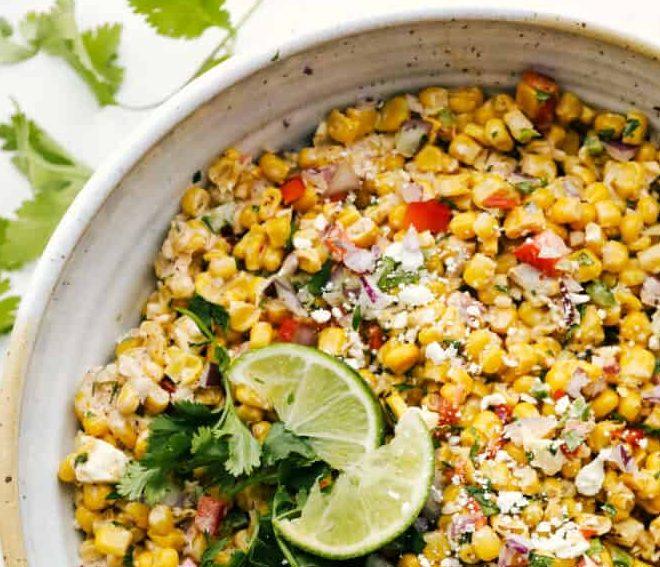 Μια δροσιστική, μεξικάνικη σαλάτα με καλαμπόκι για το lunch break στο γραφείο Αν θες να απολαύσεις ένα δροσιστικό και ελαφρύ γεύμα, αυτή τη συνταγή για μεξικάνικη σαλάτα πρέπει να την δοκιμάσεις
