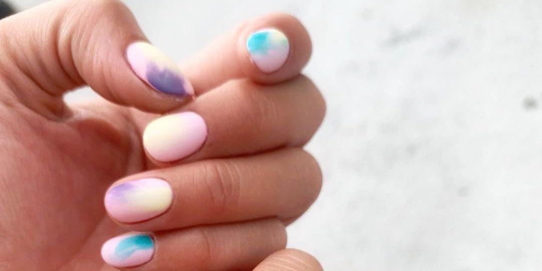 Tο επόμενο μανικιούρ μας θα είναι… tie dye! Αυτή είναι η ιδανική στιγμή για να προσθέσουμε χρώμα ακόμα και στο μανικιούρ μας. Η tie dye τεχνική είναι ο πιο stylish τρόπος για να το κάνουμε...