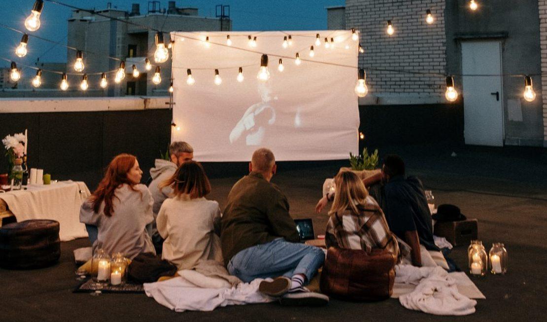 Τα θερινά σινεμά ανοίγουν και εμείς περιμένουμε πώς και πώς Καλοκαίρι χωρίς θερινά σινεμά δεν γίνεται και έτσι, περιμένουμε στις 21 Μαΐου που θα ανοίξουν, να δούμε οικογενειακώς τα προγράμματα και να αποφασίσουμε ποια ταινία θα δούμε κάτω από τα αστέρια.