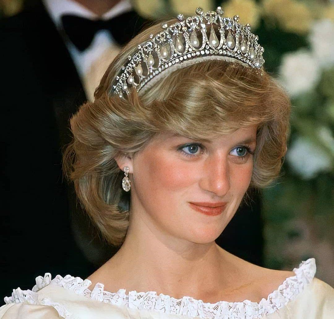 Μέσα από το tik-tok ανακαλύψαμε πως θα κάνουμε το hair look της Πριγκίπισσας Diana H Πριγκίπισσα Diana με το στυλ της έχει γράψει ιστορία και ακόμα και μέχρι σήμερα πολλές από εμάς προσπαθούμε να υιοθετήσουμε το θρυλικό της look.