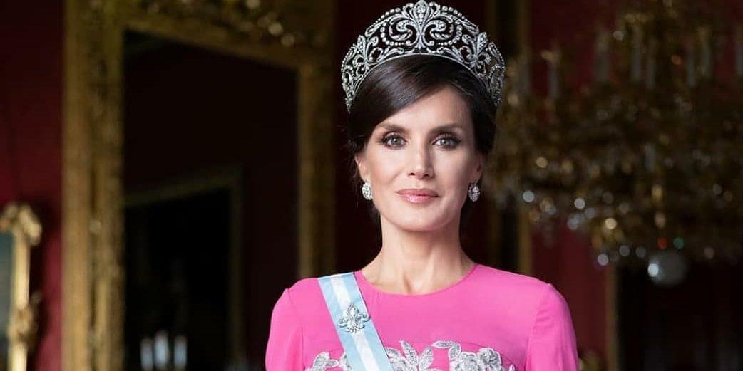 Bασίλισσα Letizia: Φόρεσε το ίδιο φόρεμα μετά από 15 χρόνια Η Βασίλισσα Letizia έκανε μια εντυπωσιακή εμφάνιση, φορώντας το tweed φόρεμα που είχε βάλει το 2006 στη βάπτιση της κόρης της.