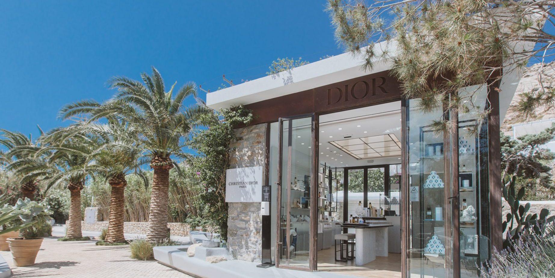 Η πρώτη μπουτίκ του οίκου Dior «La Collection Privée Christian Dior» ανοίγει ξανά τις πόρτες της στη Μύκονο Ο μπουτίκ «La Collection Privée Christian Dior», του οίκου Dior στη Μύκονο αποπνέει stylish αισθητική και άρωμα γαλλικής φινέτσας.