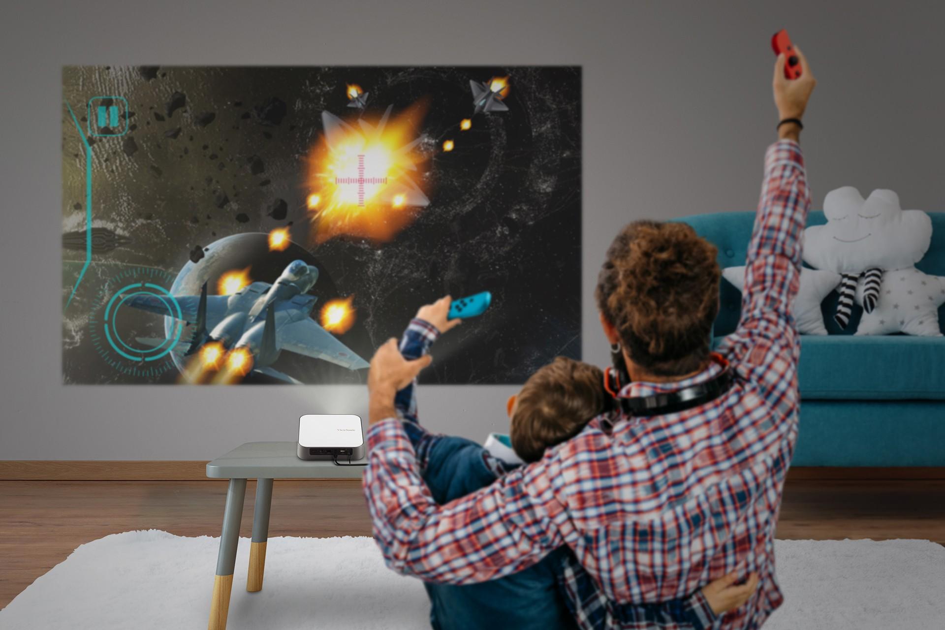 Τώρα μπορείς να αναβαθμίσεις την gaming εμπειρία της οικογένειάς σου με τον νέο προβολέα M2e Τα ηλεκτρονικά παιχνίδια είναι μια ασχολία που αγαπούν μικροί και μεγάλοι. Με τον νέο προβολέα M2e της Viewsonic μπορείς να ζήσεις μια πιο ποιοτική εμπειρία gaming και να περάσεις ευχάριστες στιγμές με την οικογένειά σου παρέα με το gadget της νούμερο ένα εταιρείας οπτικής τεχνολογίας.