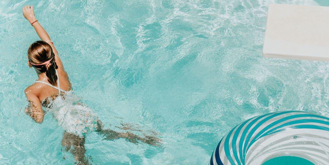 Το παιδί σου λατρεύει τη θάλασσα; Έτσι θα την απολαμβάνει με απόλυτη ασφάλεια Το καλοκαίρι είναι εδώ και ετοιμάζεσαι για τις πρώτες διακοπές με το μικρό σου. Τι γίνεται όμως αν ακόμα δεν ξέρει να κολυμπάει;