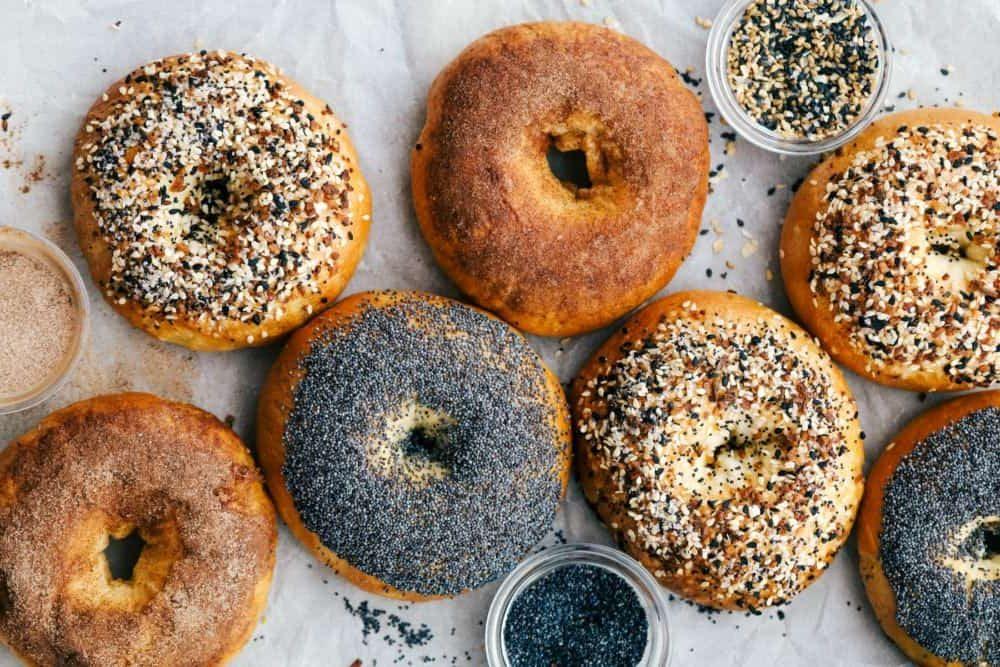 Σπιτικά bagels για το πιο απολαυστικό brunch! Αυτό το Σαββατοκύριακο, δοκίμασε τα πιο γευστικά bagels για ένα λαχταριστό πρωινό στο σπίτι. Μπορείς να επιλέξεις είτε γλυκά είτε αλμυρά toppings για ένα ολοκληρωμένο πρωινό για όλες τις γευστικές προτιμήσεις.