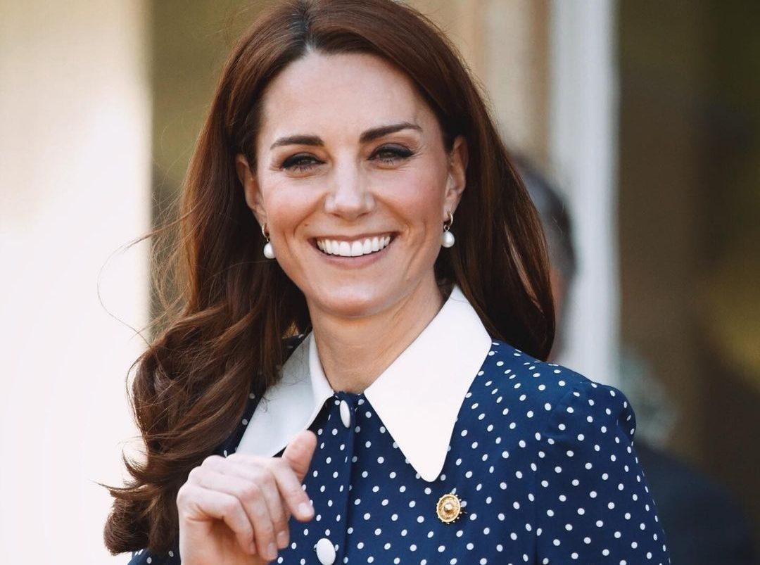 Kate Middleton: Βρήκαμε το maxi, ροζ φόρεμα που επέλεξε σε πρόσφατη εμφάνισή της H Kate Middleton με τις κομψές και stylish εμφανίσεις της έχει καταφέρει να αποτελέσει για εμάς ένα από τα μεγαλύτερα fashion icons. Κάπως έτσι μετά από κάθε της εμφάνιση ψάχνουμε να ανακαλύψουμε ποια items διάλεξε προκειμένου να «ξεσηκώσουμε» το στυλ της.