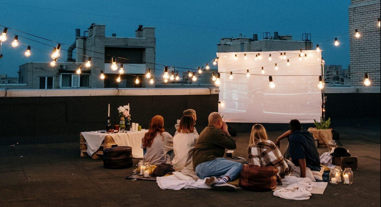 To Σάββατο βράδυ το θερινό σινεμά είναι μονόδρομος Ήρθε ένα ακόμη τριήμερο κι εσύ αποφάσισες να μείνεις στην Αθήνα; Δεν χρειάζεται να ανησυχείς καθόλου μιας και η πόλη μας προσφέρει πολλές επιλογές για όμορφες νυχτερινές βόλτες και μικρές δόσεις τέχνης ακριβώς εκεί που σου χρειάζεται. Δες όλες τις ταινίες που παίζουν αυτές τις μέρες στα θερινά σινεμά της πόλης και διάλεξε αυτό που σου αρέσει περισσότερο για να απολαύσεις μια cult βραδιά σε όμορφο σετ με ποπ κορν και καλή παρέα.