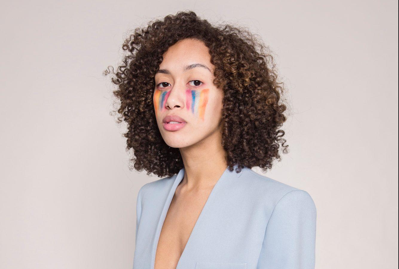 7 beauty brands που δημιούργησαν limited collections αφιερωμένες στο Pride Δεν είναι λίγα τα brands που για να γιορτάσουν το φετινό Pride δημιούργησαν ξεχωριστά προϊόντα και συλλογές. Απο την Morphe και τις πολύχρωμες σκιές της, ως εκθαμβωτικά highlighter Becca και ιριδίζον eye-liner Urban Decay, όλα είναι αφιερωμένα στην υποστήριξη της ΛΟΑΤΚΙ+ κοινότητας.