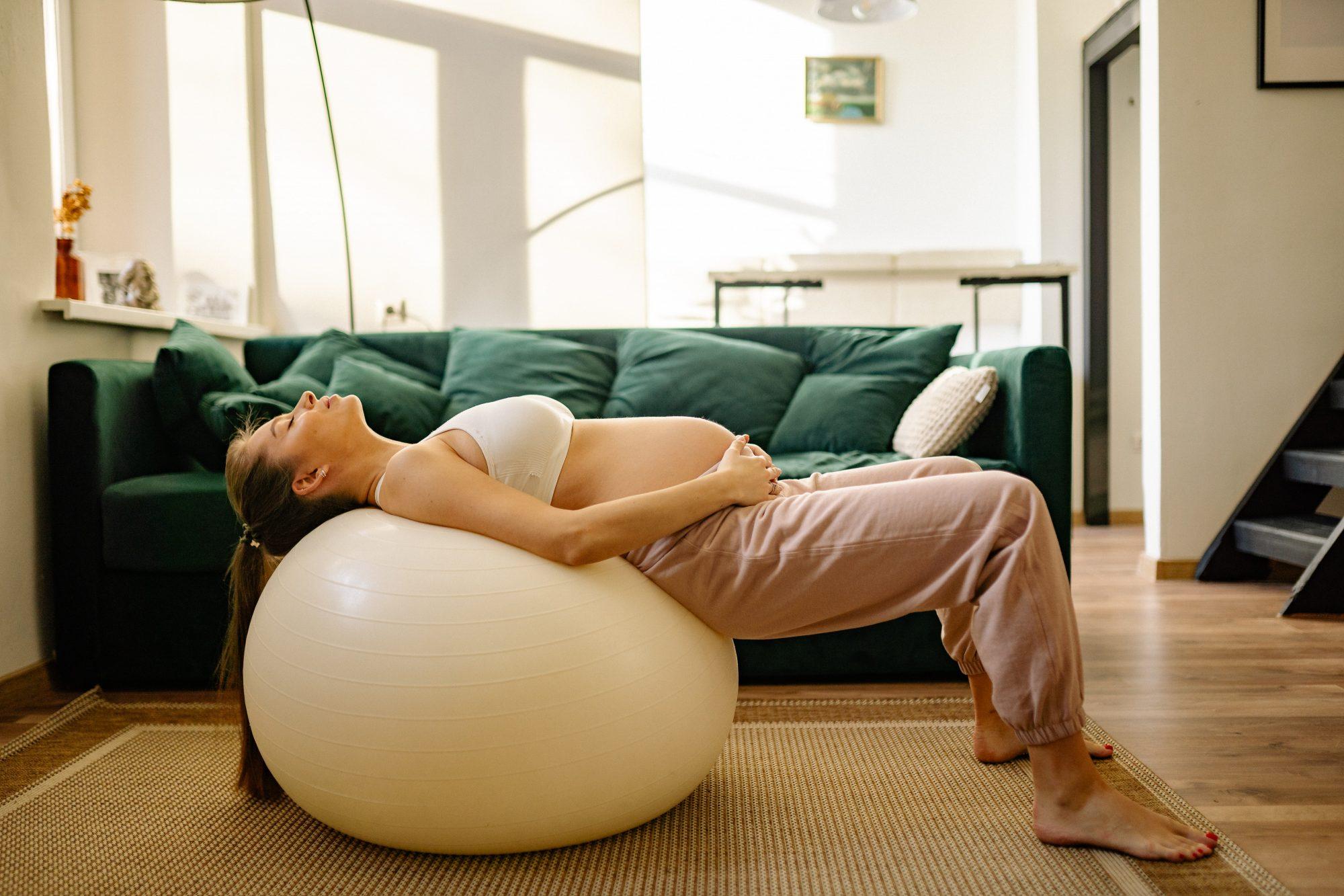 Πόσο ασφαλές είναι τελικά το τρέξιμο κατά τη διάρκεια της εγκυμοσύνηςς Το να αθλείσαι κατά τη διάρκεια της κύησης μπορεί να σου αυξήσει κατά πολύ την ενέργεια και να σε βοηθήσει να διατηρήσεις μία πολύ καλή φυσική κατάσταση. Πόσο πραγματικά ασφαλές είναι το τρέξιμο για μια εγκυμονούσα όμως;