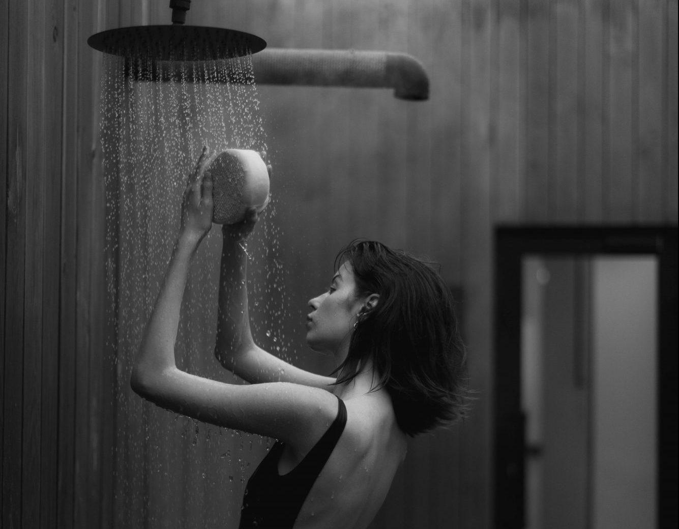 7 σημαντικοί λόγοι που θα σε πείσουν να ελαττώσεις τα καυτά ντους Αυτή η άκρως χαλαρωτική συνήθεια του ντους, δεν είναι ό,τι καλύτερο για τα μαλλιά και το σώμα μας. Σύμφωνα με έρευνες, ένα ζεστό ντους μπορεί να μας χαλαρώσει και να μας κάνει να αποβάλλουμε το στρες της ημέρας.