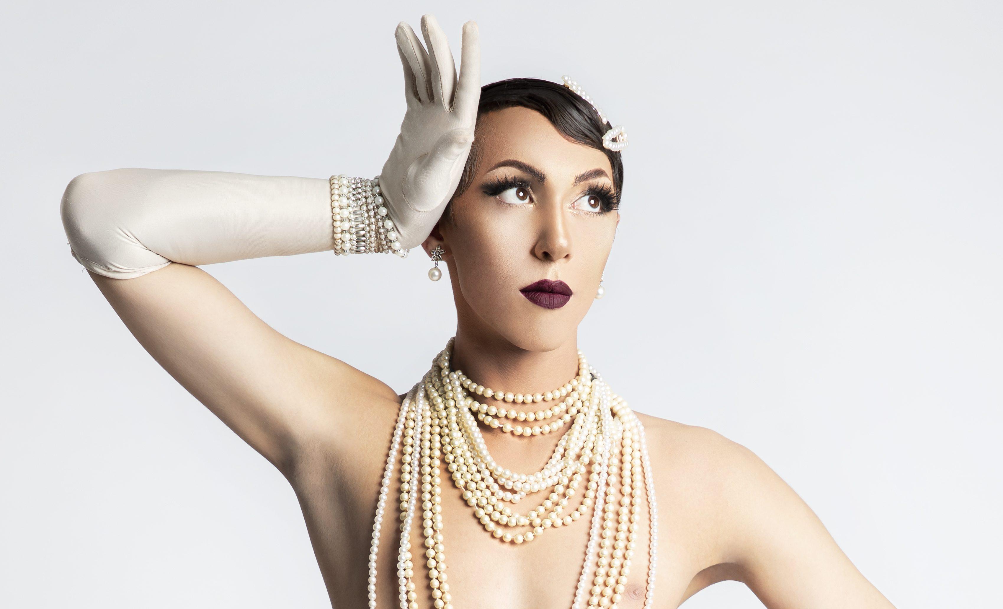 «Η µεγαλύτερη µάχη που πρέπει να δώσει ένας drag artist σήµερα στην Ελλάδα είναι να αντιµετωπίσει τις προσωπικές του µάχες»: O drag artist  Θέµης Θεοχάρογλου (aka Holly Grace) στο ELLE Συνομιλούμε με πλάσματα που γράφουν τo ελληνικό «τώρα» με τα χέρια, το μυαλό, την καρδιά, τις ιδέες, το κορμί τους, χρησιμοποιώντας λέξεις, υφάσματα, υλικά και άυλα. Είναι αυτοί, αυτές και everything between που αξίζουν να τους γνωρίσουμε, να τους υποστηρίξουμε και να ακούσουμε τι έχουν να μας πουν. Όλοι μαζί μπορεί και να κάνουμε αυτό το «τώρα» ένα καλύτερο, δυνατότερο και σοφότερο μέλλον. Ένα τέτοιο πλάσμα είναι ο drag artist  Θέµης Θεοχάρογλου (aka Holly Grace).