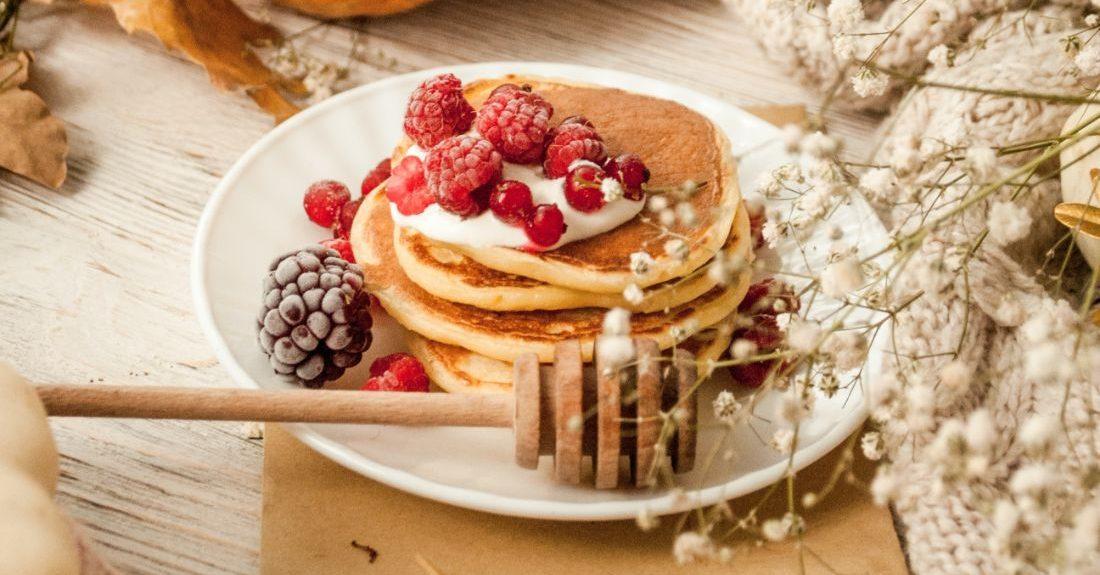 Αυτά τα pancakes με ελάχιστες θερμίδες θα είναι η No1 επιλογή σου για πρωινό σήμερα Αν ψάχνετε για μια εξαιρετικά εύκολη και νόστιμη συνταγή για τηγανίτες με προζύμι τότε έχετε έρθει στο σωστό μέρος! Αυτά τα pancakes είναι τα πιο γρήγορα και εύκολα.
