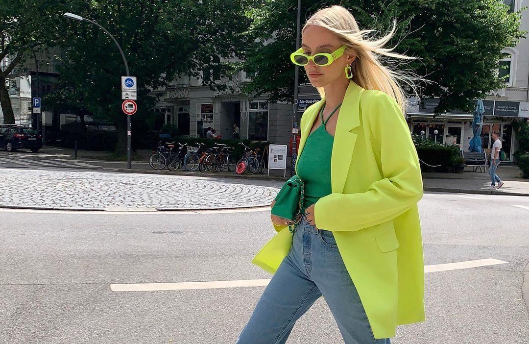 Το κίτρινο γίνεται το πρωταγωνιστικό χρώμα των επόμενων ημερών: 4 looks και 8 items που πρέπει να δεις Το κίτρινο είναι σίγουρα ένα από τα πιο δημοφιλή χρώματα του καλοκαιριού και ένα χρώμα που αγαπάμε κάθε εποχή του χρόνου. Φέτος, συγκεκριμένα, βλέπουμε την κυριαρχία αυτού του χρώματος σε διάφορες αποχρώσεις και πολλά it girls το υιοθετούν στις καλοκαιρινές τους διακοπές.