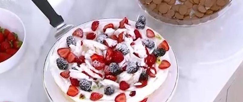 Πάβλοβα με φρούτα εποχής: Το πιο δροσερό και ελαφρύ επιδόρπιο Ο pastry Chef, Ευάγγελος Χασιώτης, μας έδειξε τη συνταγή για την πιο λαχταριστή και ελαφριά πάβλοβα.