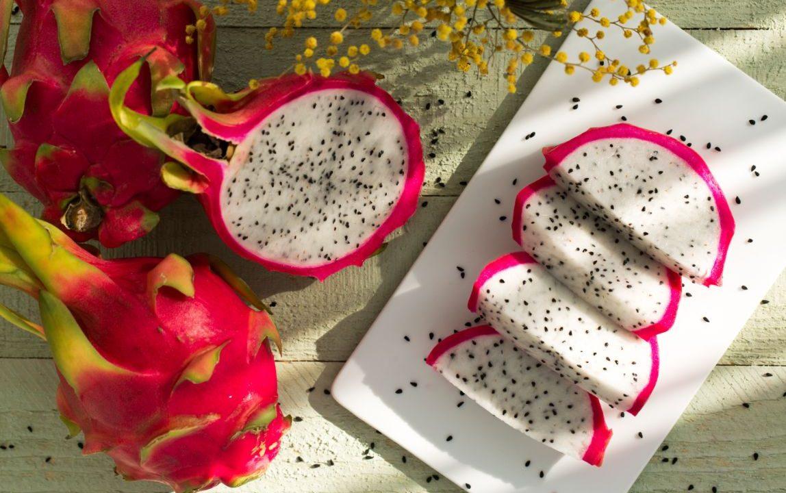 Δοκιμάσαμε dragon fruit, το πιο πλούσιο σε θρεπτικά συστατικά τροπικό φρούτο Αυτή την εβδομάδα δοκιμάσαμε pitaya (πιτάγια) ή, αλλιώς, το λεγόμενο dragon fruit. Ναι, δεν χρειάζεται να ζεις σε τροπικό κλίμα για να το βρεις. Αντιθέτως, διατίθεται φρέσκο ή κατεψυγμένο σε πολλά super markets. Γι' αυτό, λοιπόν, σκεφτήκαμε πως θα έχει ενδιαφέρον να γνωρίσεις κι εσύ αυτό το φρούτο καλύτερα. Η διαιτολόγος-διατροφολόγος Ελευθερία Κεφαλά μας αναλύει όλα τα στοιχεία για αυτό το εντυπωσιακό τροπικό έδεσμα.