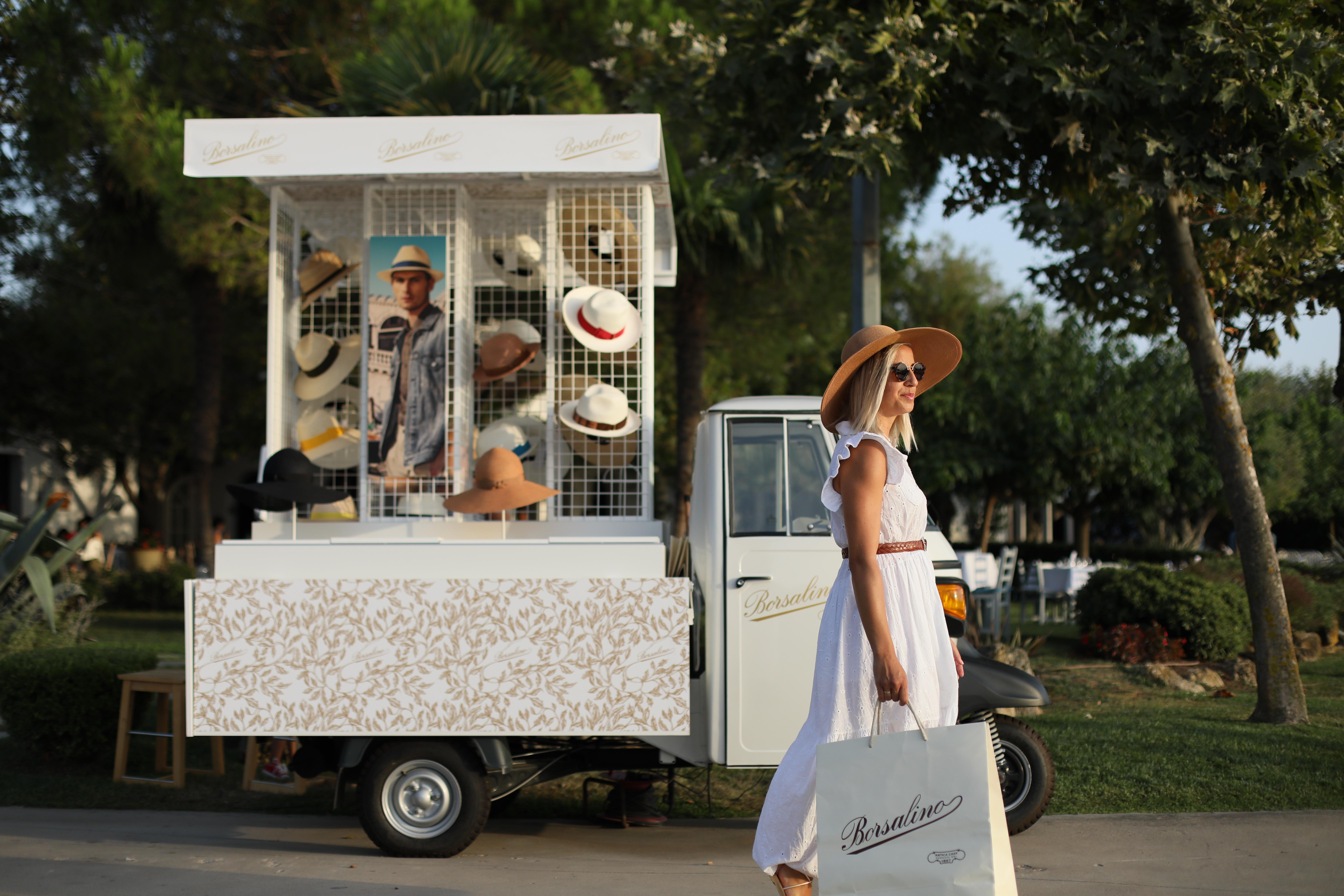 Το νέο τρίτροχο Pop-Up store της Borsalino κάνει πρεμιέρα στην Ελλάδα Λίγο μετά τα εγκαίνια των δύο μπουτίκ της στη Μύκονο και στο Saint Tropez, η Borsalino καταφθάνει αυτό το καλοκαίρι στο πολυτελές 5 αστέρων Sani Resort στην Ελλάδα, εγκαινιάζοντας ένα ανεπανάληπτο Pop-Up store πάνω σε ένα Piaggio Ape.