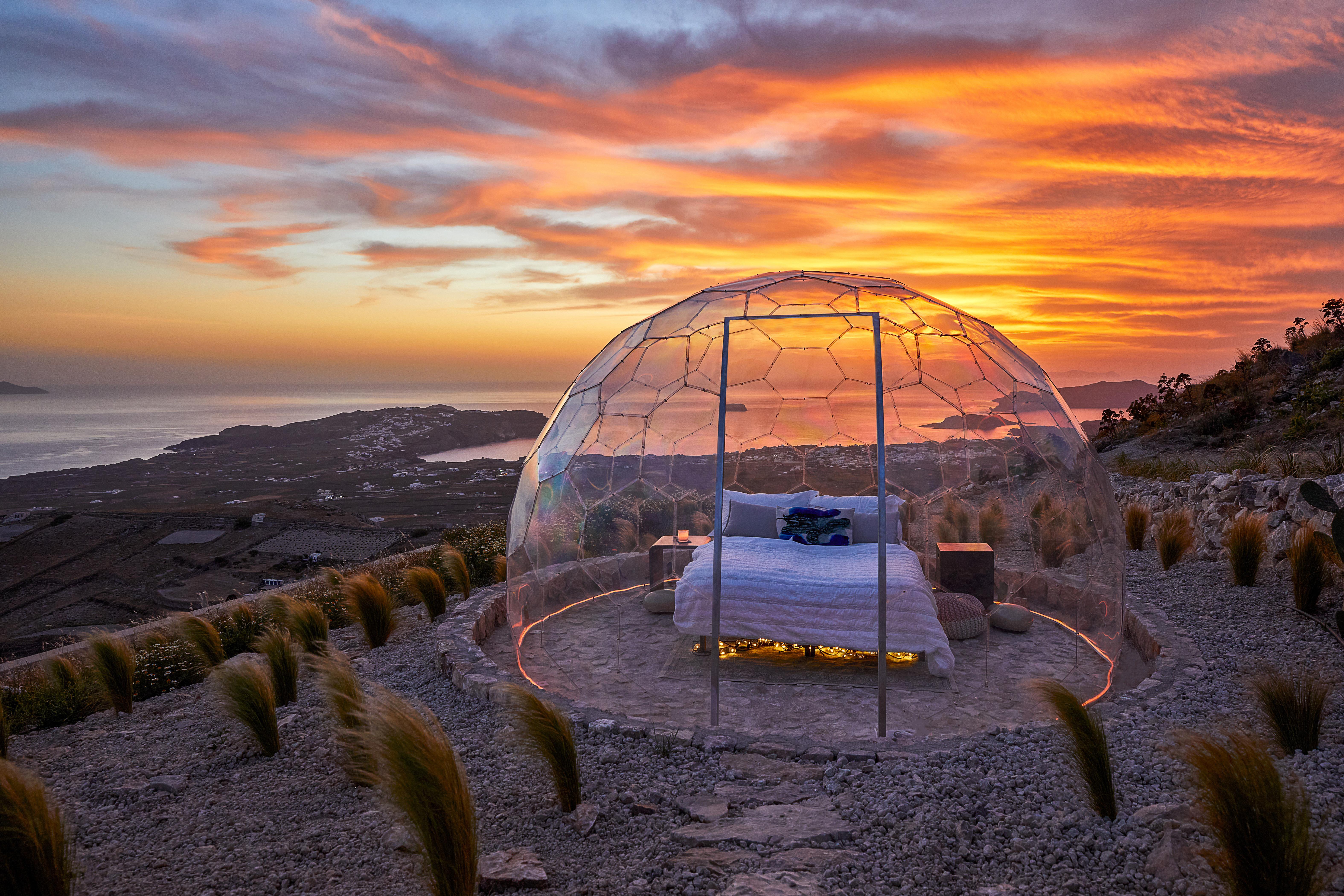 Αυτό είναι σίγουρα ένα από τα πιο ιδιαίτερα spot της Ελλάδας για καλοκαιρινές διακοπές Το Sky Dome στο ψηλότερο σημείο της Σαντορίνης προσφέρει μια εμπειρία που πιθανότατα δεν έχεις ξαναζήσει μέχρι σήμερα...