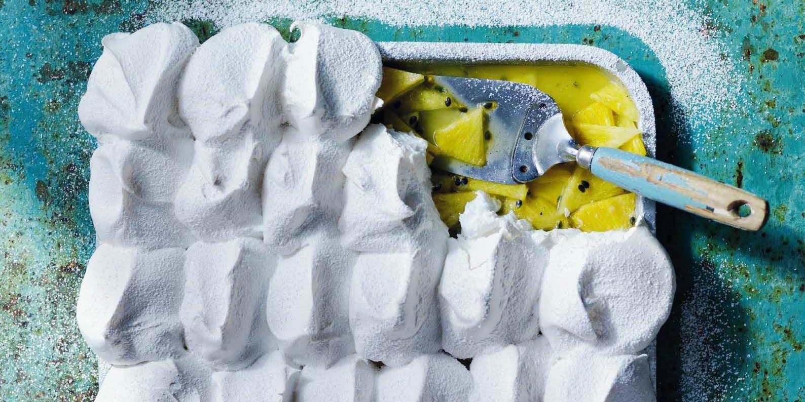 Πάβλοβα με φρούτα του πάθους: Αυτό το γλυκό είναι «κόλαση» Στις διακοπές ένα γλυκάκι παραπάνω επιτρέπεται. Θα κάνει τα στραβά μάτια ακόμα και η διατροφολόγος σας...