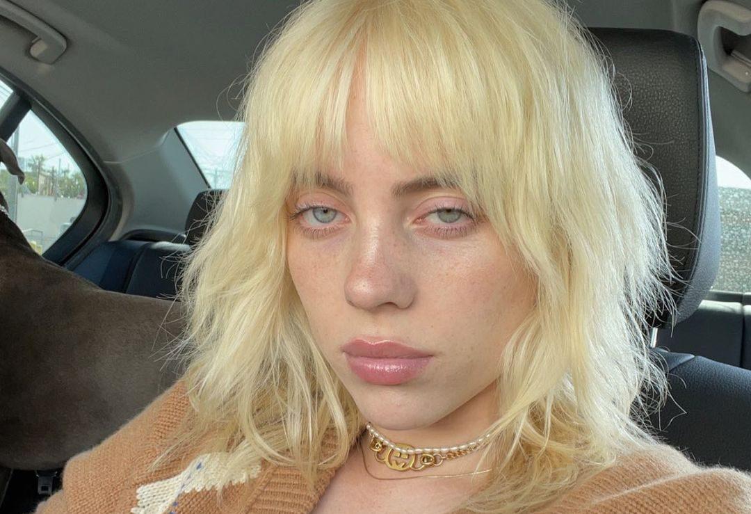 Billie Eilish: Με το νέο της hairstyle είναι ίδια με τη μητέρα της Η Billie Eilish δεν φοβάται να πειραματιστεί  με την εικόνα της και συχνά υιοθετεί τα πιο stylish looks.
