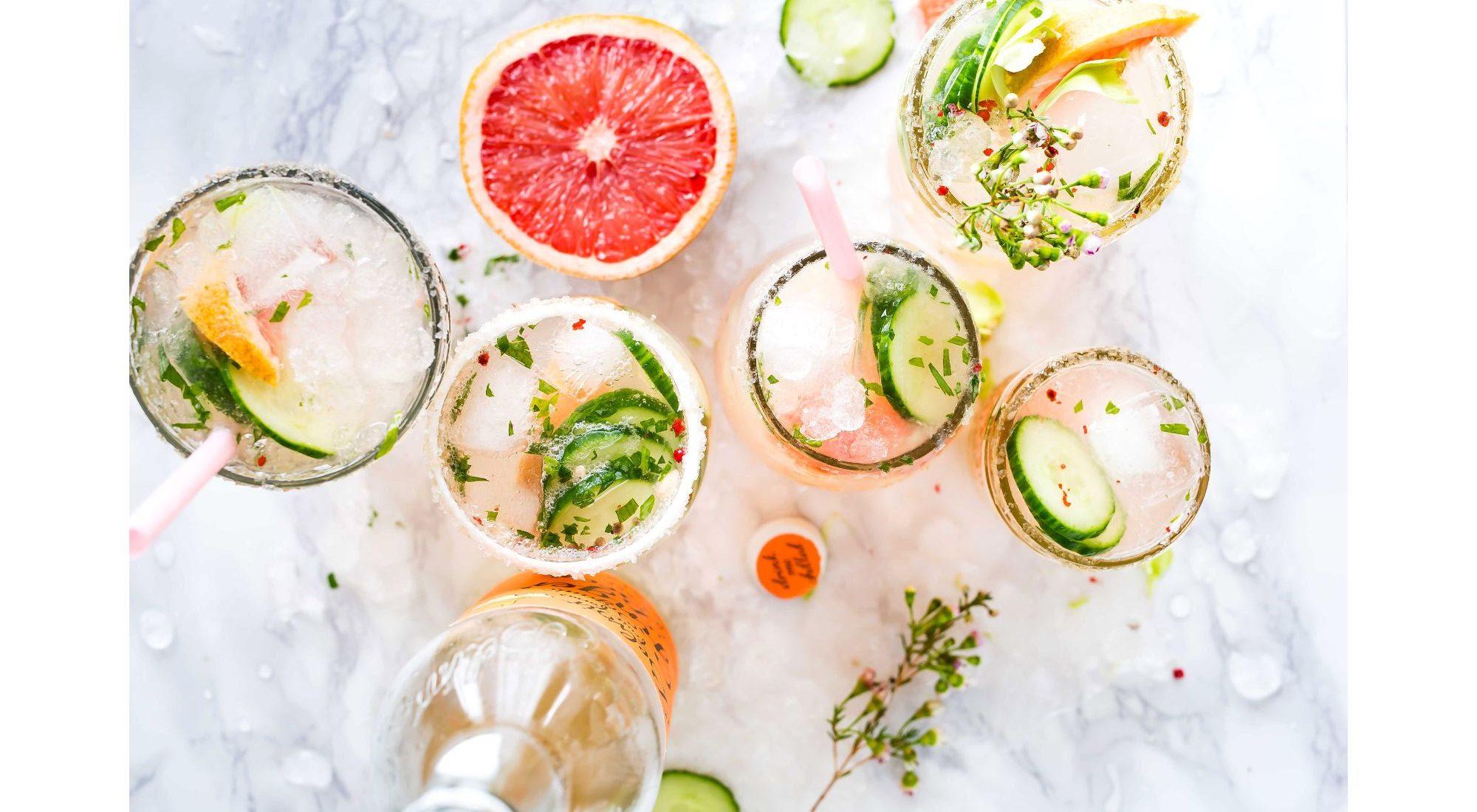 Τα 5 cocktails που αγαπήσαμε περισσότερο αυτό το καλοκαίρι (και θα συνεχίσουμε να απολαμβάνουμε και το φθινόπωρο) Κανείς μας δε λέει όχι σε ένα δροσιστικό cocktail και ειδικά όταν δε μπορούμε να συνειδητοποιήσουμε πως το καλοκαίρι σθγά- σιγά αρχίζει και απομακρύνεται. Γι' αυτό συγκεντρώσαμε τα 5 πιο αγαπημένα μας cocktails που μπορούν να σε δροσίσουν ακόμη και τις πρώτες μέρεςς του φθινοπώρου.
