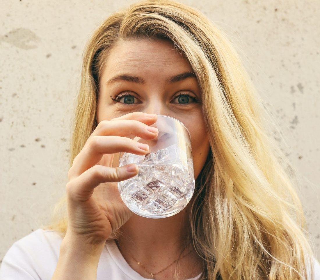 «Πόσο νερό πρέπει να πίνω καθημερινά»; Έχουμε την απάντηση στο πιο καίριο ερώτημα των ημερών Εσύ, πόσα ποτήρια νερό ήπιες σήμερα;