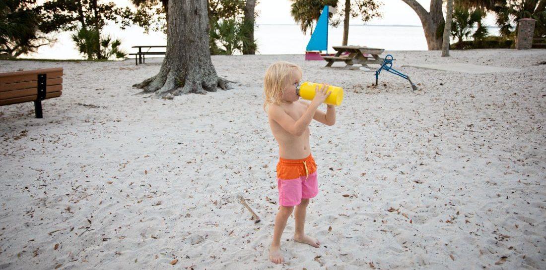 Πόσο νερό πρέπει να πίνουν τα παιδιά; Ο Νο1 κανόνας εν μέσω καύσωνα είναι η επαρκής ενυδάτωση. Πάμε να δούμε ποιά είναι η συνιστώμενη πρόσληψη νερού που χρειάζεται κάθε παιδί.