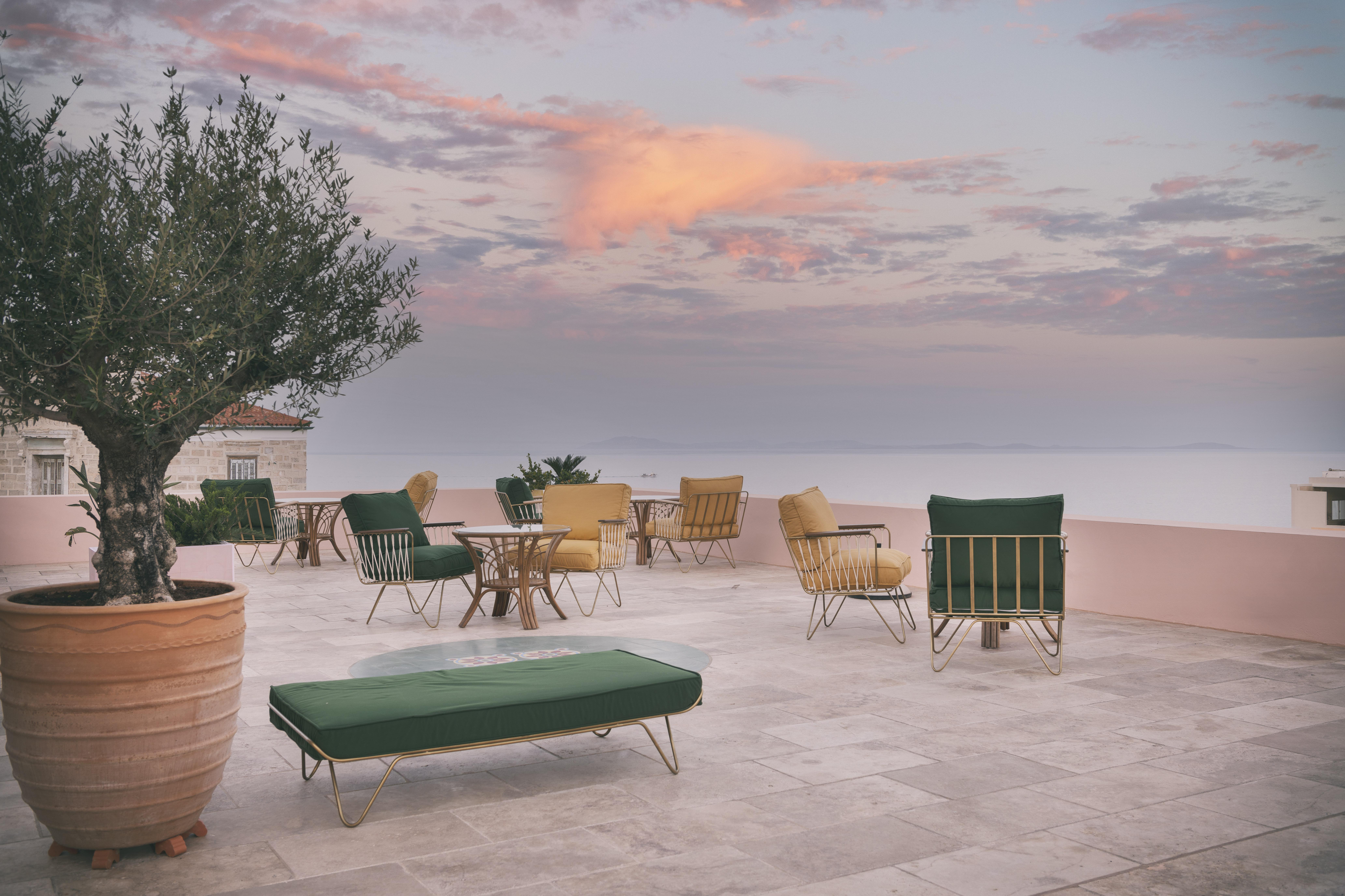 Aristide Hotel: Αυτό το αρχοντικό στην Ερμούπολη είναι το Αυγουστιάτικο καταφυγιό μας Φέτος έχουμε ανάγκη πιο πολύ από ποτέ να απομονωθούμε σε φρούρια όπου φυλάσσεται ο ορισμός του ιδανικού καλοκαιριού. Αυτό το ξενοδοχείο άνοιξε μόλις τις πόρτες του και αποτελεί την πιο ενδιαφέρουσα επιλογή στην πρωτεύσουσα των Κυκλάδων.