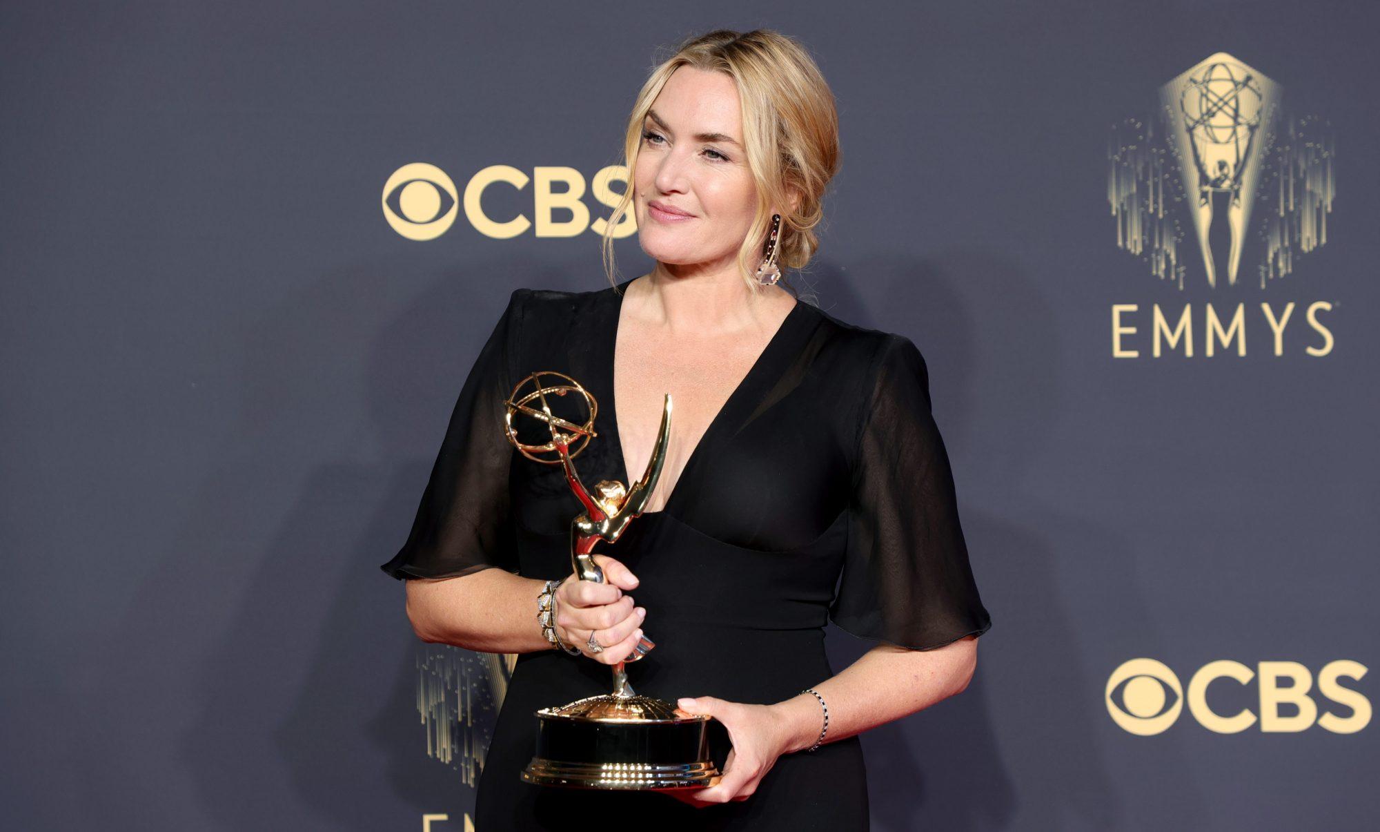 Βραβεία Emmy 2021: Οι μεγάλοι νικητές της βραδιάς Τα βραβεία Εmmy πραγματοποιήθηκαν χθες βράδυ και οι μεγάλοι νικητές απόλαυσαν την διάκρισή τους κατά τη διάρκεια της λαμπερής διοργάνωσης που έλαβε χώρα στο Microsoft Theater, στο Λος Άντζελες .