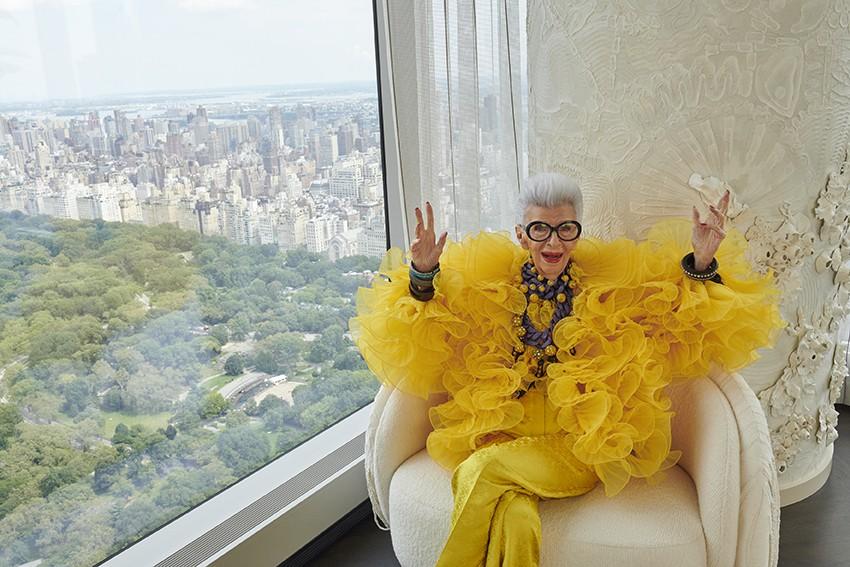 Iris Apfel x H&M: Μια συλλογή – φόρος τιμής στο fashion icon που μόλις έκλεισε τα 100 του χρόνια Η συλλογή Iris Apfel x H&M αποτίει φόρο τιμής στο μοναδικό της στυλ και πρόκειται να κυκλοφορήσει σε επιλεγμένα καταστήματα H&M και online στις αρχές του 2022.