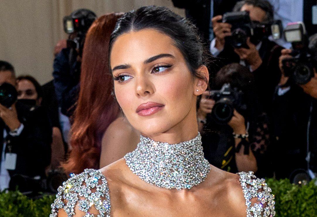 Met Gala 2021: Τα beauty looks που ξεχωρίσαμε Σε κάθε λαμπερή διοργάνωση, πέρα από τα εντυπωσιακά outfits, είναι αδύνατον να μην δώσουμε την ανάλογη προσοχή και στα beauty looks των αγαπημένων μας celebrities.