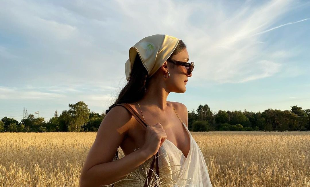 5 stylish χτενίσματα που μπορείς να δημιουργήσεις με ένα μόνο μαντήλι (και το φθινόπωρο!) Δεν ξέρουμε αν αγαπάς τα μαντήλια και πόσα μπορεί να έχεις στη γκαρνταρόμπα σου, ένα πράγμα είναι βέβαιο όμως. Αν δεις αυτά τα πέντε χτενίσματα θα καταλάβεις τη γοητεία που έχουν τα headbands.