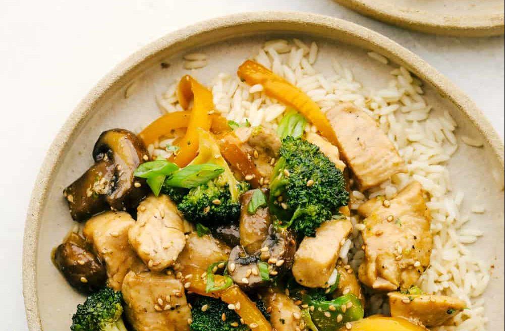 Κοτόπουλο με μπρόκολο και σκόρδο: Αυτή τη συνταγή θα την λατρέψεις Αυτό το stir fry κοτόπουλου συνδυάζει γεύση με άρωμα Ασίας και είναι χαμηλό σε λιπαρά.
