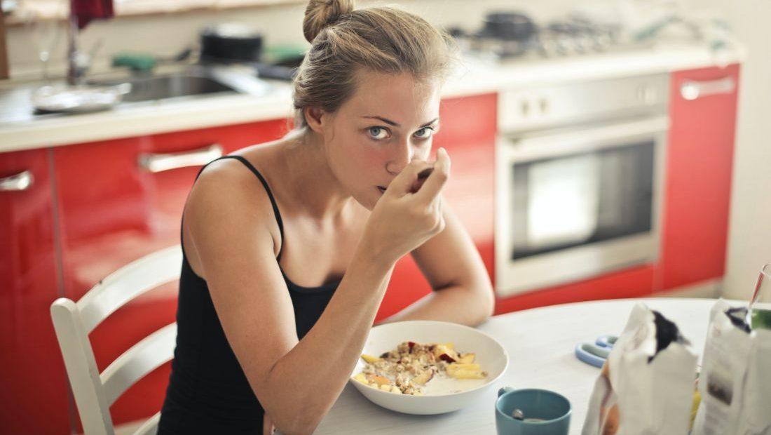 5 ιδέες για ελαφρύ και υγιεινό πρωινό με βρώμη από τη διατροφολόγο Ξεκινάμε τον Σεπτέμβριο με θρεπτικό πρωινό κάθε μέρα με τη βοήθεια της διατροφολόγου! Όχι, δεν μιλάμε για κάποιο «μαγικό τρόπο» να έχεις έτοιμο πρωινό χωρίς να κάνεις απολύτως τίποτα, αλλά για το overnight oatmeal (στα ελληνικά: βρώμη αποβραδίς).