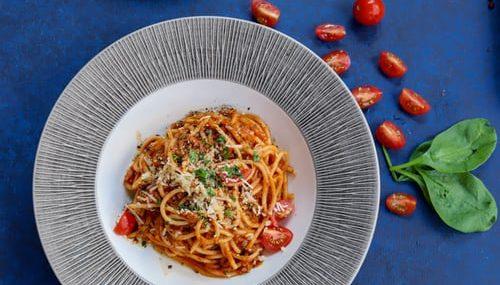 Η μακαρονάδα που πρέπει οπωσδήποτε να δοκιμάσεις Ο σεφ, Πέτρος Συρίγος έφτιαξε την πιο νόστιμη μακαρονάδα με μελιτζάνα, τοματίνια, ελιές και κάπαρη.