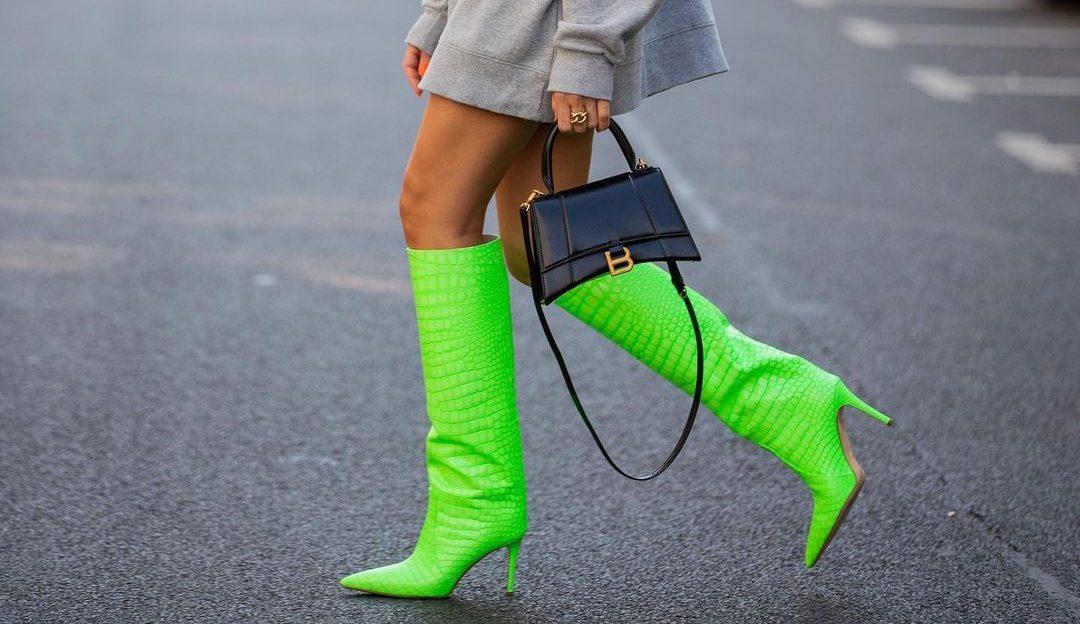 Αυτές θα είναι οι πιο hot μπότες της χρονιάς και έχουμε αποδείξεις για αυτό Το χρώμα τους είναι πράσινο neon και ταιριάζουν με πολλά περισσότερα από όσα νομίζεις. Μερικές από τις αγαπημένες μας street stylers έχουν βαλθεί να σε πείσουν γι΄αυτό, με looks που κόβουν την ανάσα.