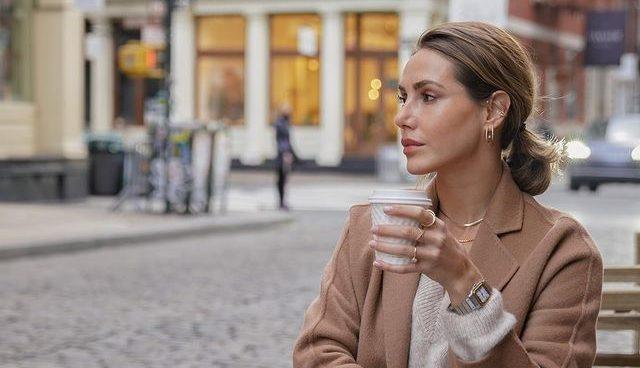 Πόση καφεΐνη είναι «πολλή καφεΐνη» για τον οργανισμό μας; Νιώθεις εξαντλημένη σήμερα το πρωί, ακόμα και μετά την τρίτη κούπα καφέ; Ο καφές μπορεί να είναι μια ενεργειακή σωτηρία για πολλούς, αλλά υπάρχει όριο στην ποσότητα που μπορούμε να πιούμε;