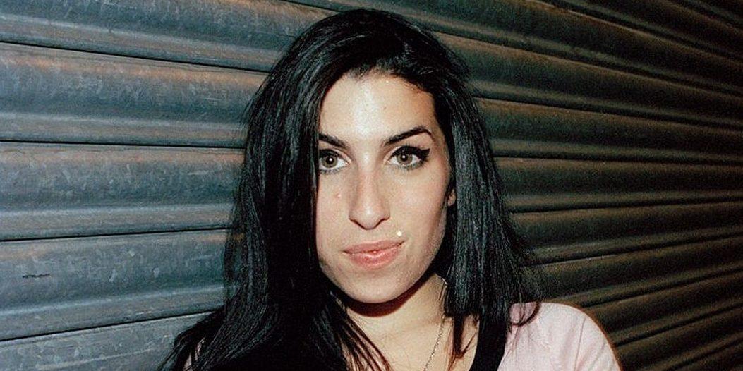 Amy Winehouse: Βγαίνουν σε δημοπρασία προσωπικά αντικείμενά της Περίπου 1.000 προσωπικά αντικείμενα που ανήκαν στη Βρετανίδα τραγουδίστρια Amy Winehouse θα πωληθούν σε δημοπρασία στο Beverly Hills στην Καλιφόρνια τον επόμενο μήνα, μια δεκαετία μετά τον πρόωρο θάνατό της.