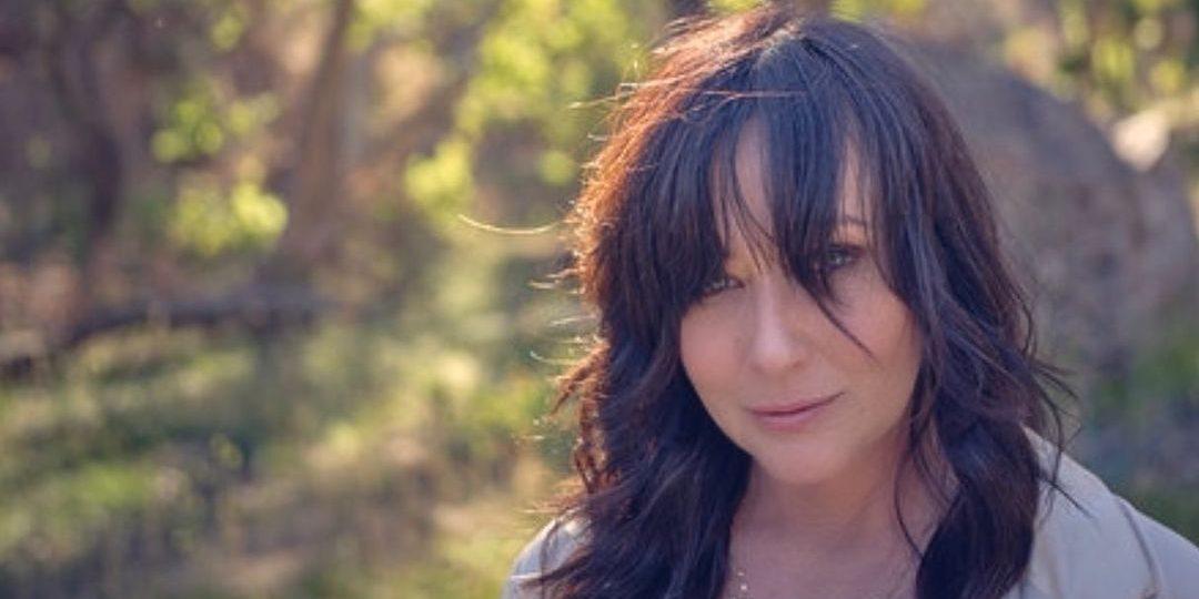 Shannen Doherty: Μοιράζεται φωτογραφίες από το «ταξίδι» της με τον καρκίνο του μαστού H ηθοποιός αντιμετωπίζει τον καρκίνο του μαστού με θετικότητα αλλά και ευθύνη, όπως δηλώνει η ίδια.