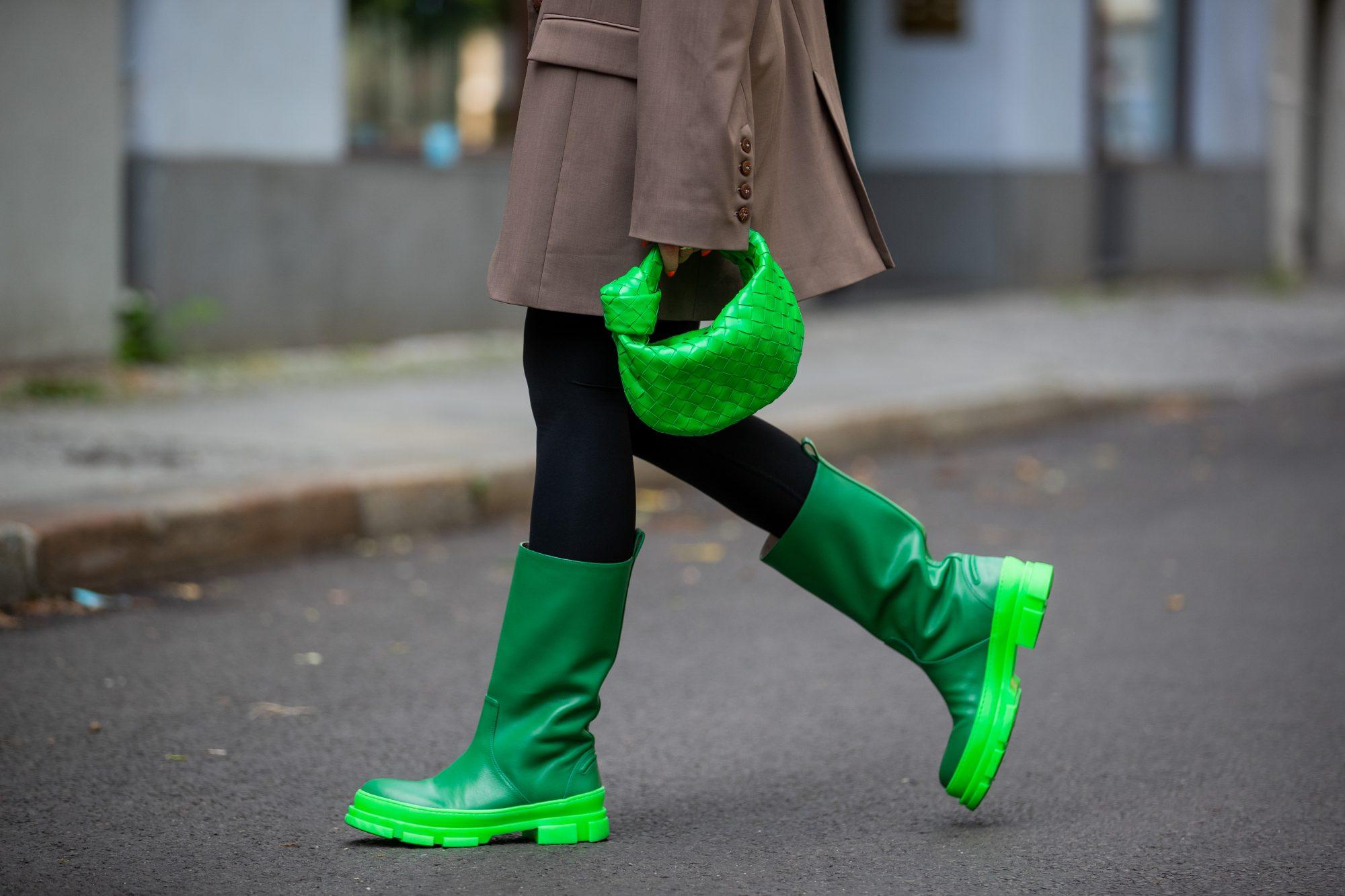 Τα μοναδικά παπούτσια που χρειάζεσαι τώρα είναι οι γαλότσες! 8 looks για να τις συνδυάσεις σούπερ Καιρός να προσθέσεις τις γαλότσες σου στις καθημερινές σου εμφανίσεις, γιατί ο καιρός δεν αστειεύεται.