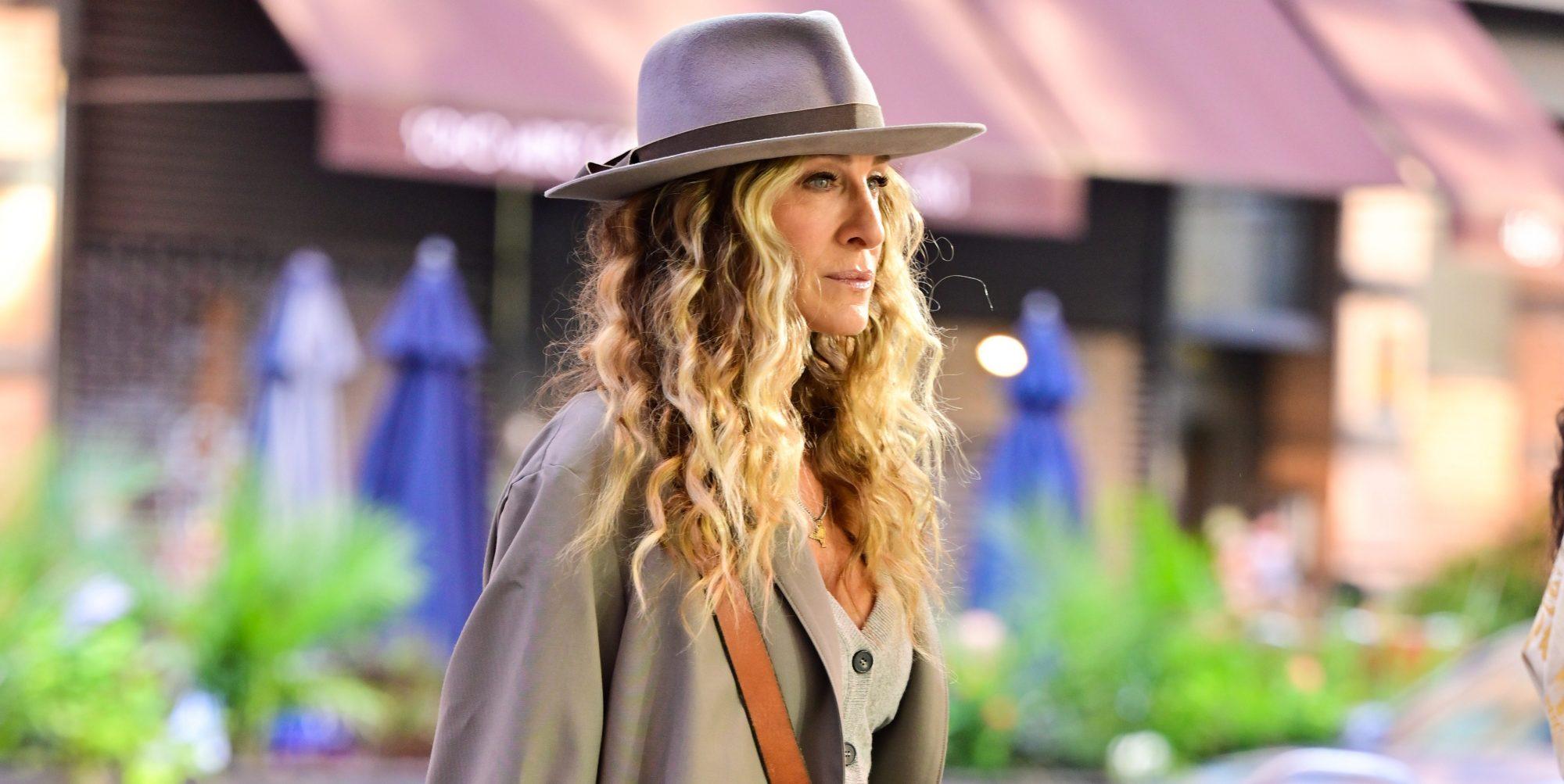 Με αυτό το χτένισμα της Sarah Jessica Parker θα μοιάζεις λες κι έκανες το πιο πετυχημένο lifting Κι όμως υπάρχει το χτένισμα που βοηθά στο να δείχνει πιο λεία η επιδερμίδα. Η Sarah Jessica Parker ξέρει ποιο είναι αυτό το hair look και στα νέα επεισόδια του «Sex and the city» θα την δούμε αρκετές φορές με αυτό.